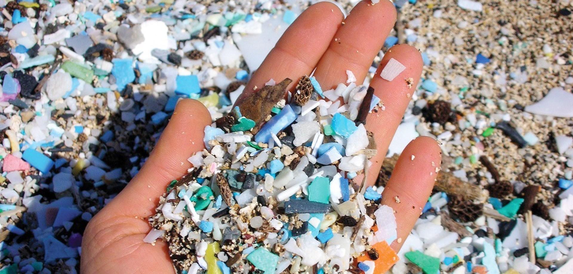 plaststykker_i_haand